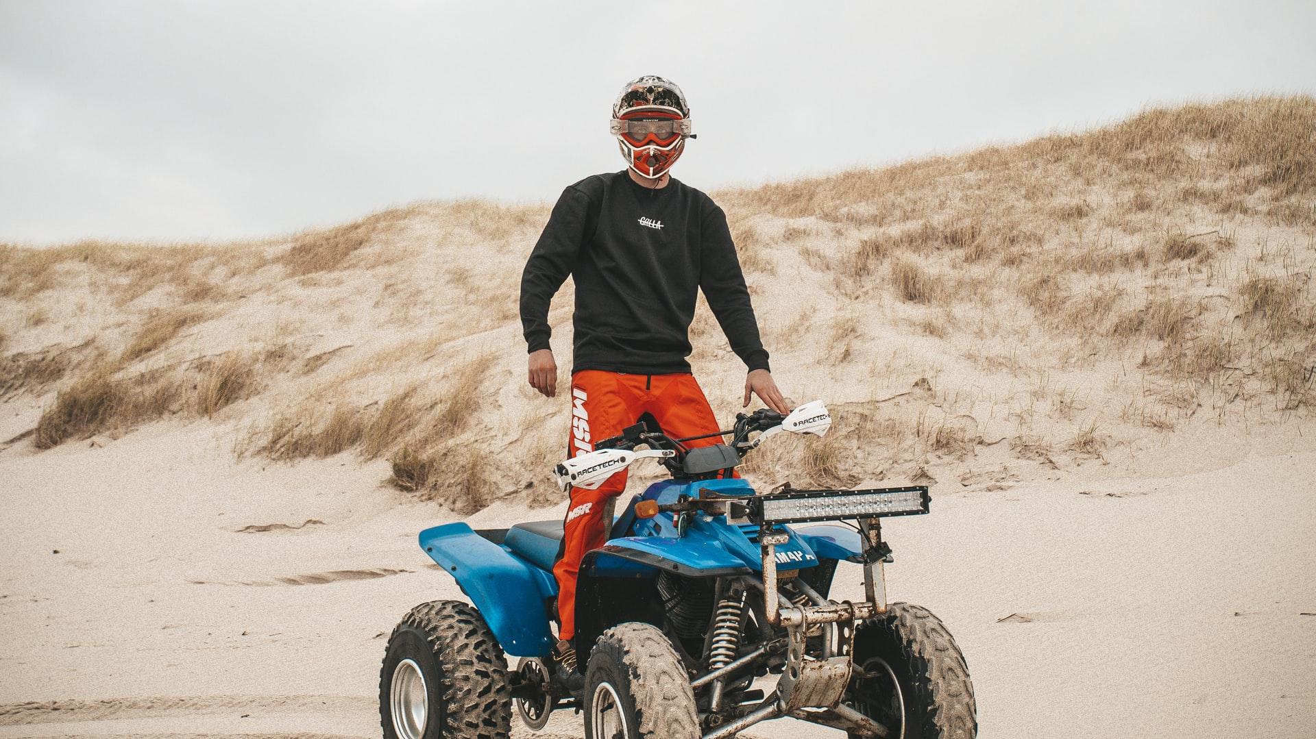 homem montado numa moto 4