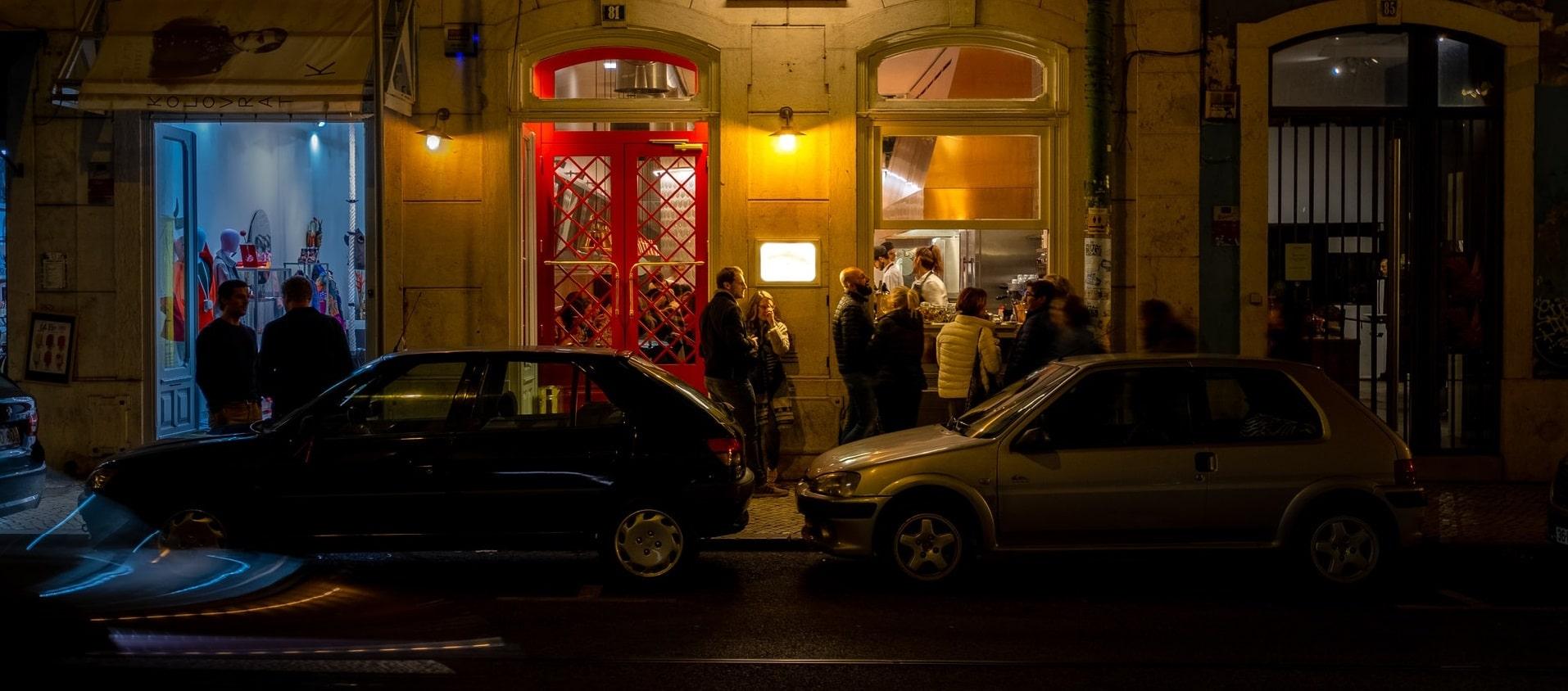 grupo de pessoas à porta de um bar em lisboa