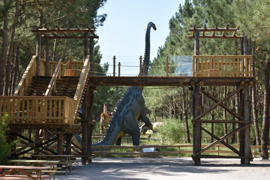 torre de observação jurássica no dino parque
