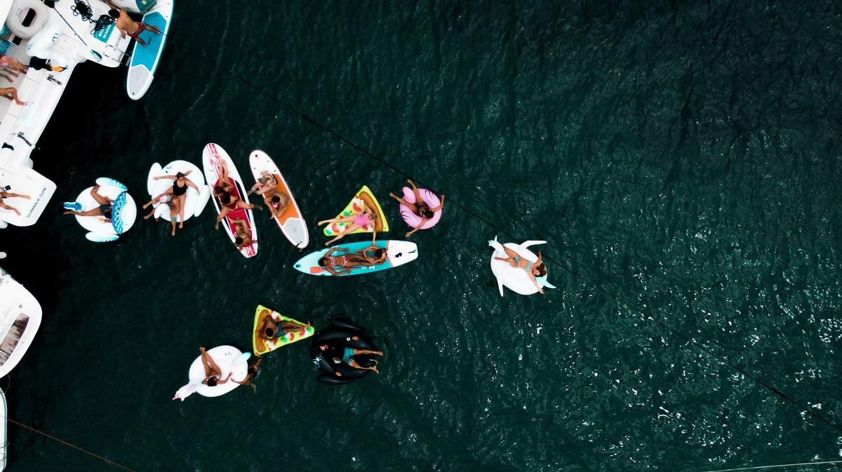 grupo de pessoas em pranchas no mar algarvio