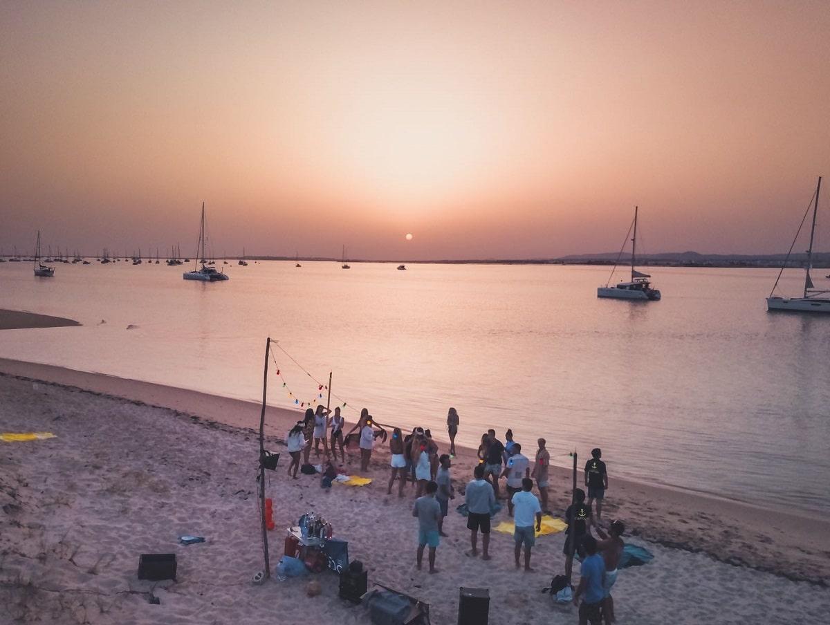 grupo de pessoas numa festa de praia no algarve