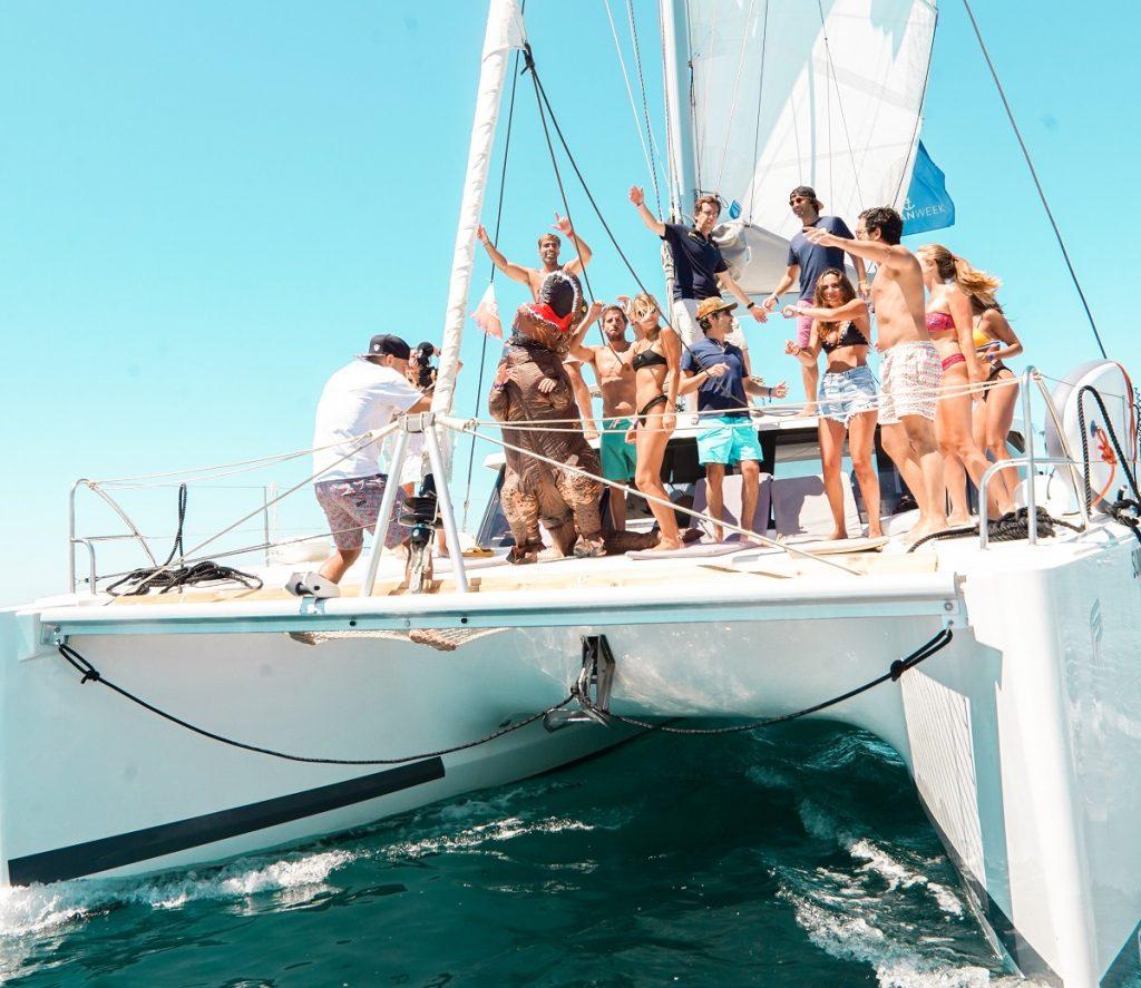 grupo de pessoas num catamaram na costa algarvia