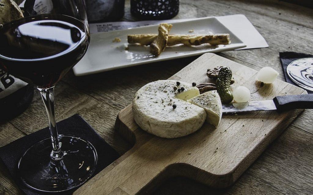 mesa de vinhos com queijos