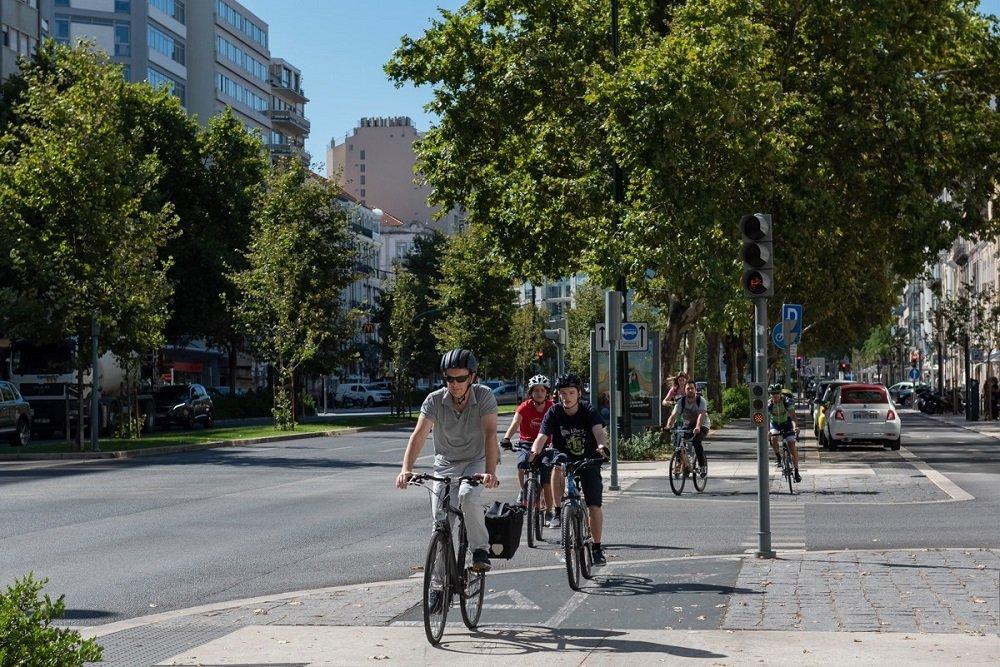 ciclistas na ciclovia em lisboa