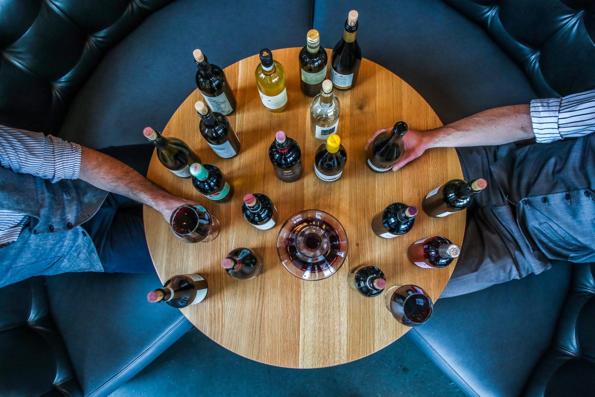 mesa com várias garrafas de vinho