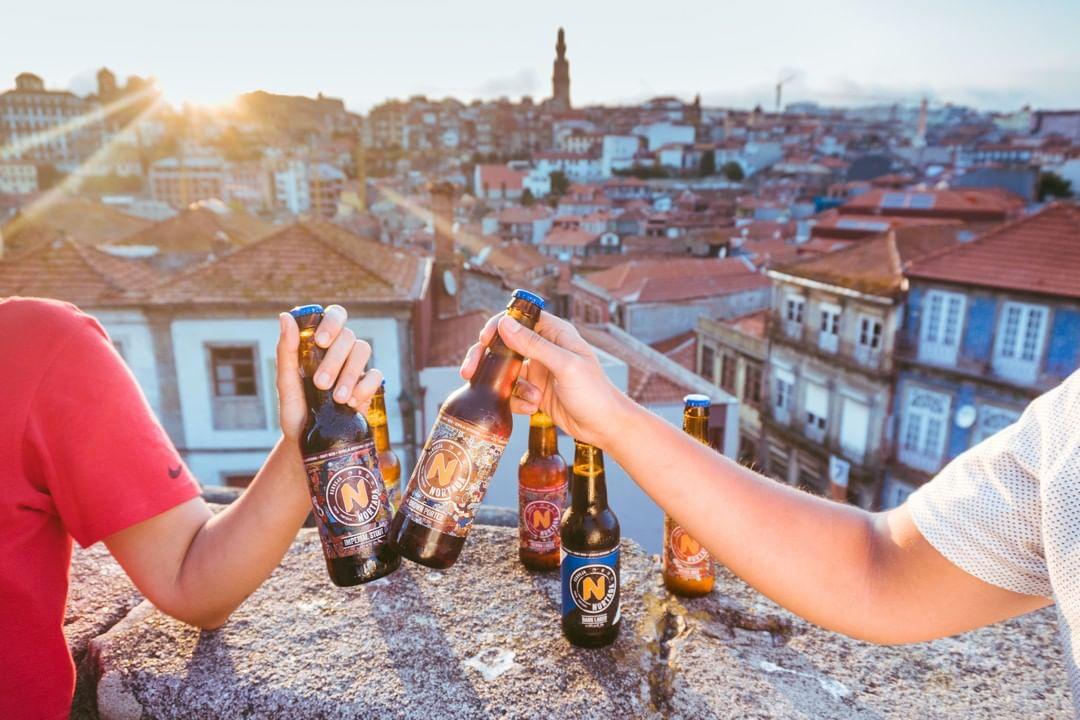 duas pessoas a brindarem com cerveja nortada