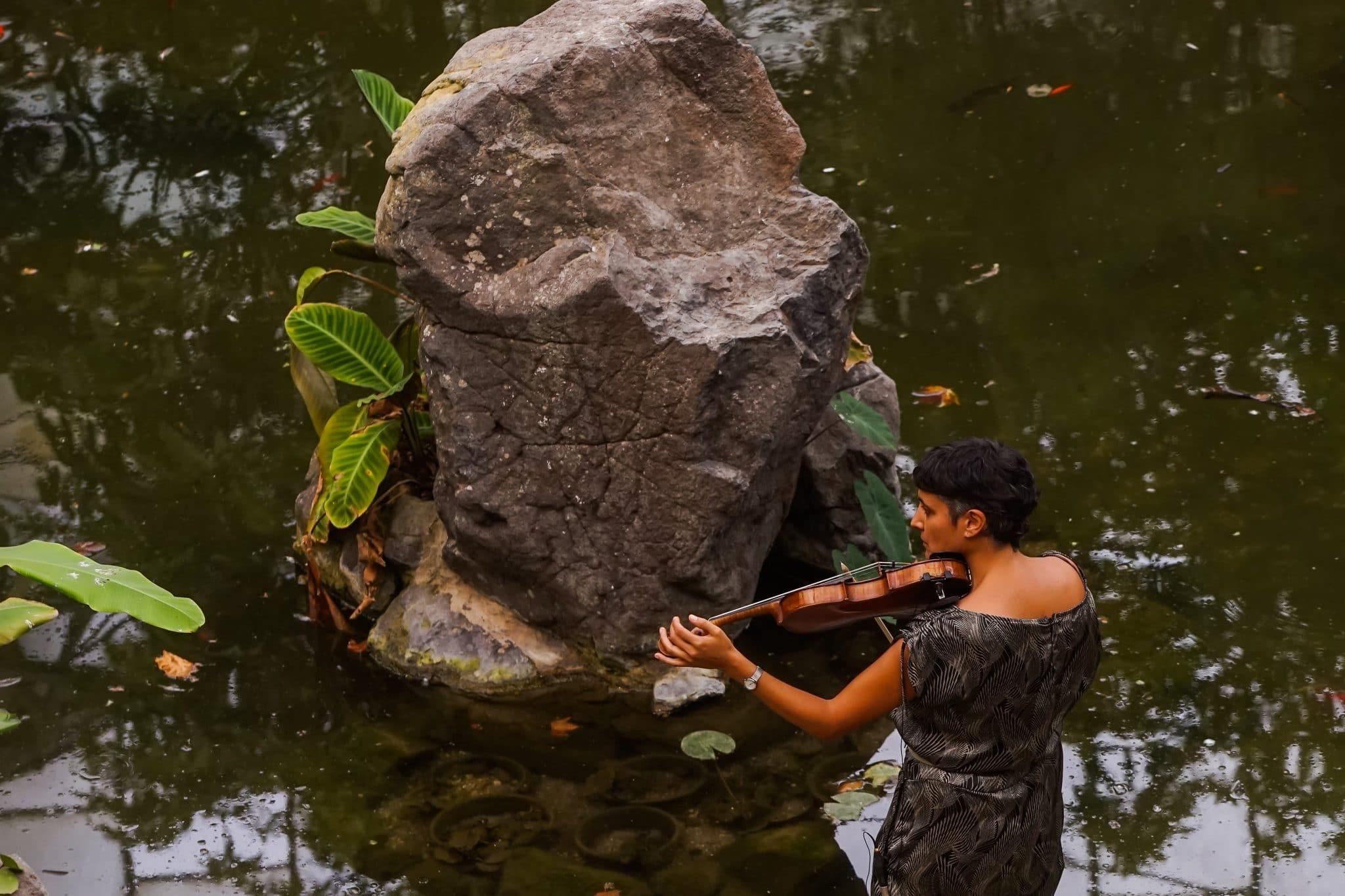 mulher a tocar violino no evento lisboa na rua