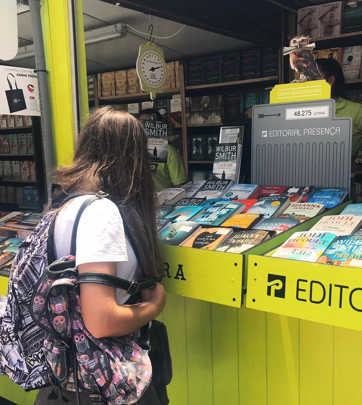 mulher a comprar um livro na feira do livro de lisboa