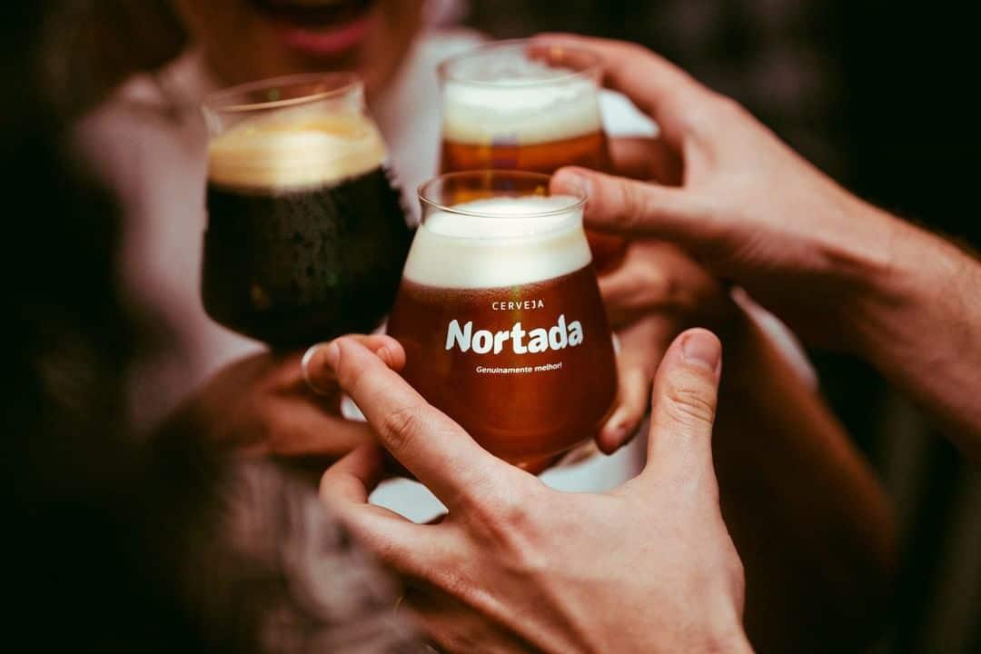 pessoas a brindar com cerveja nortada