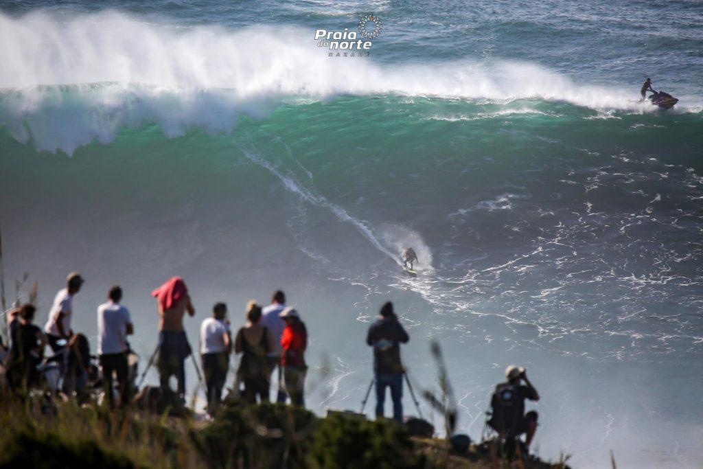 A Nazaré está ao rubro com as ondas gigantes na Praia do Norte