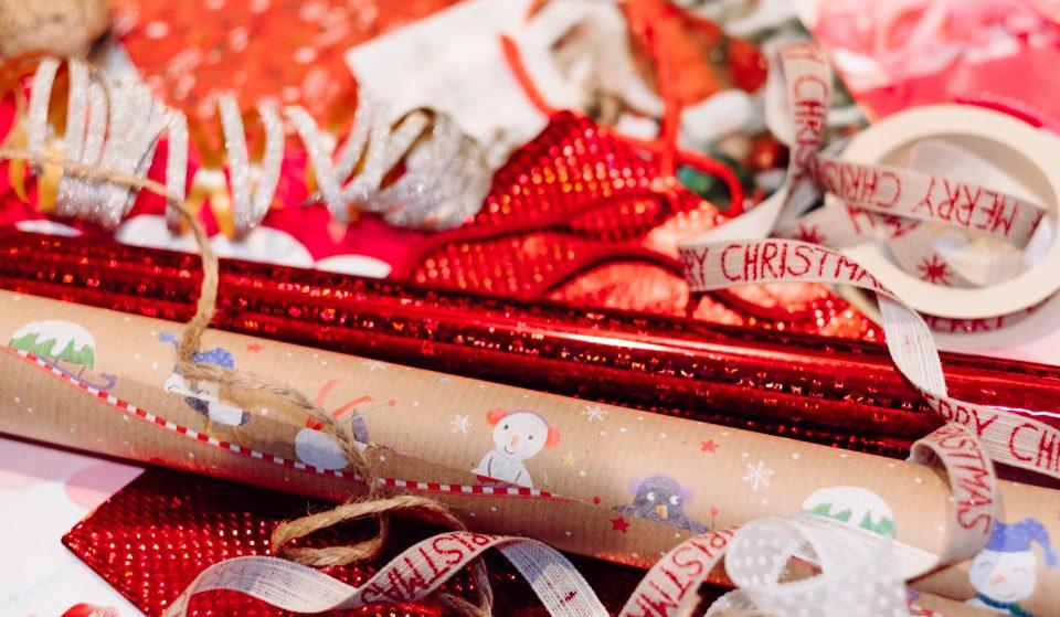Deposita o papel dos presentes de Natal no lixo, mas apenas no dia 26