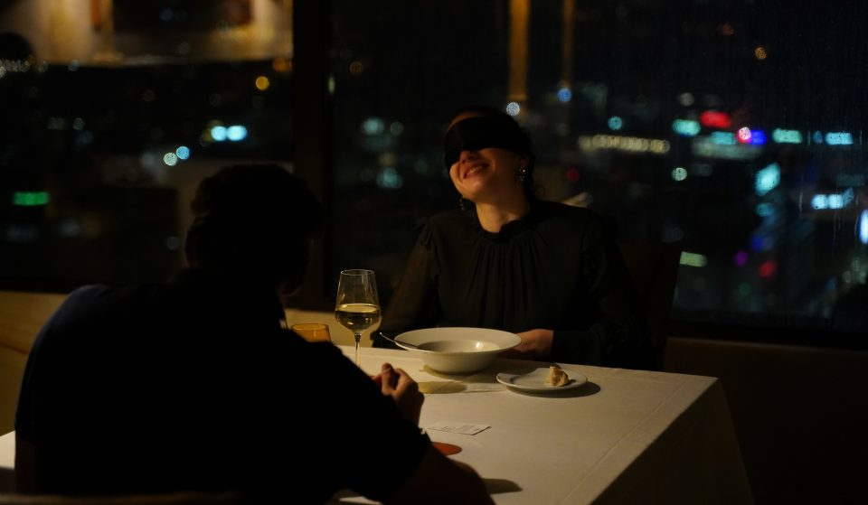 """""""Dining in the Dark"""": desafia o teu paladar nesta espetacular experiência gastronómica"""