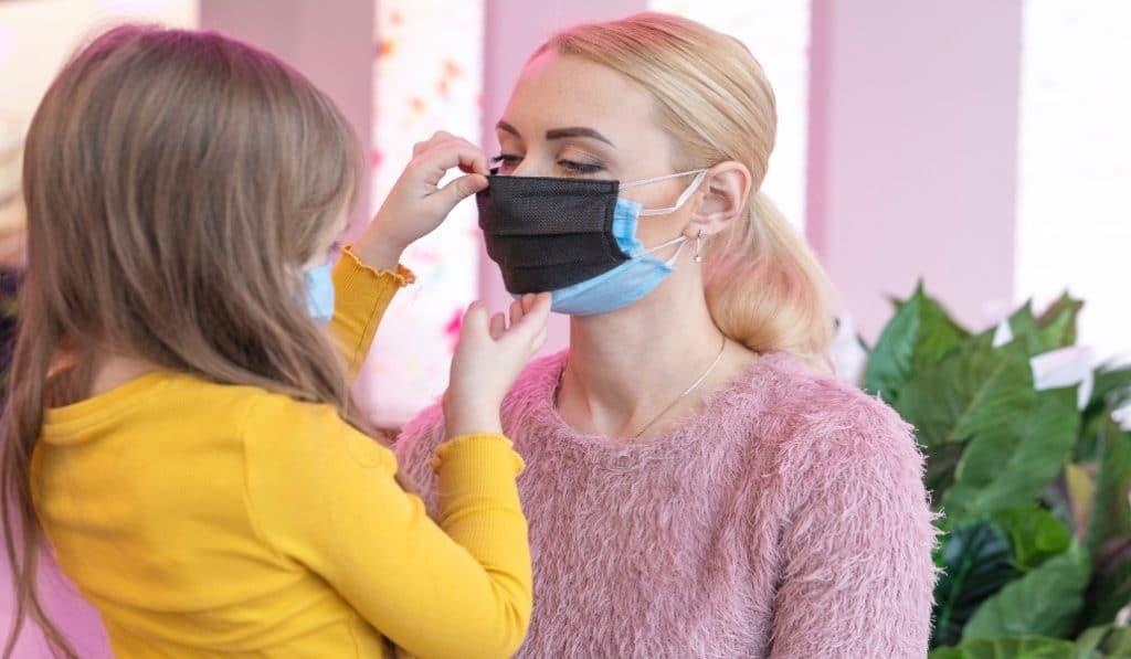 É eficaz usar duas máscaras sobrepostas? E qual é a diferença entre as designações FFP?
