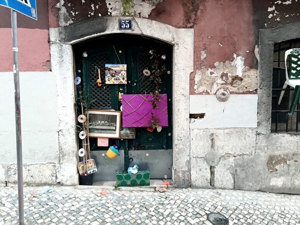 Sítios insólitos em Lisboa: a porta 55, em São Bento, muda consoante o estado de espírito lisboeta