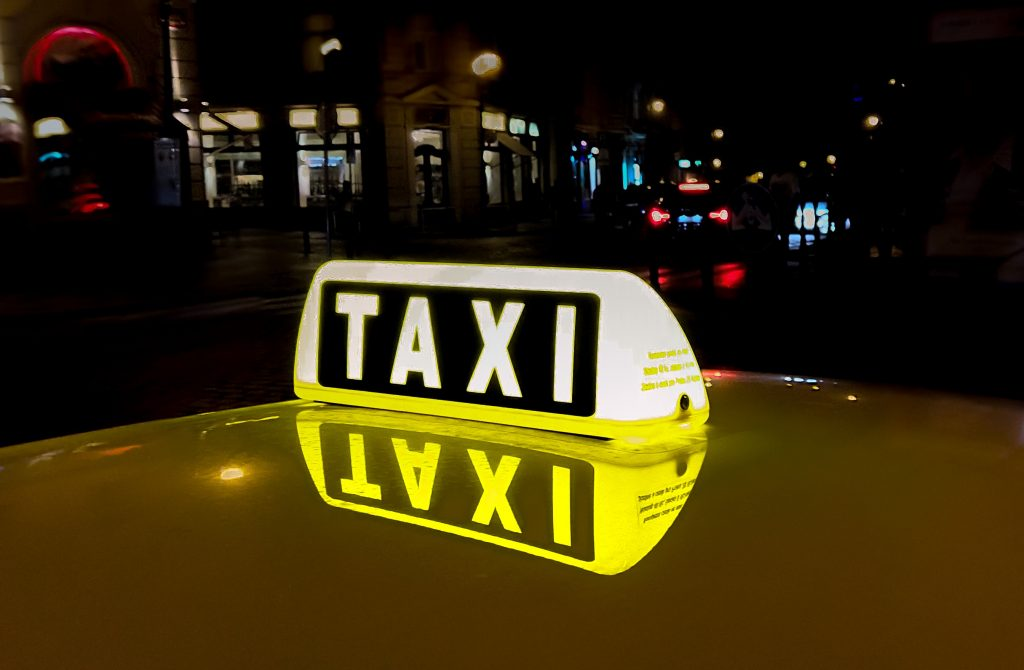Passeia de táxi nas cidades mais cool do mundo