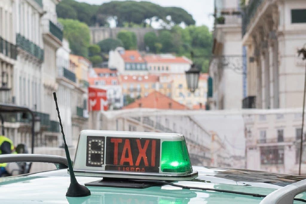 Câmara de Lisboa assegura táxis gratuitos para vacinação contra a covid-19