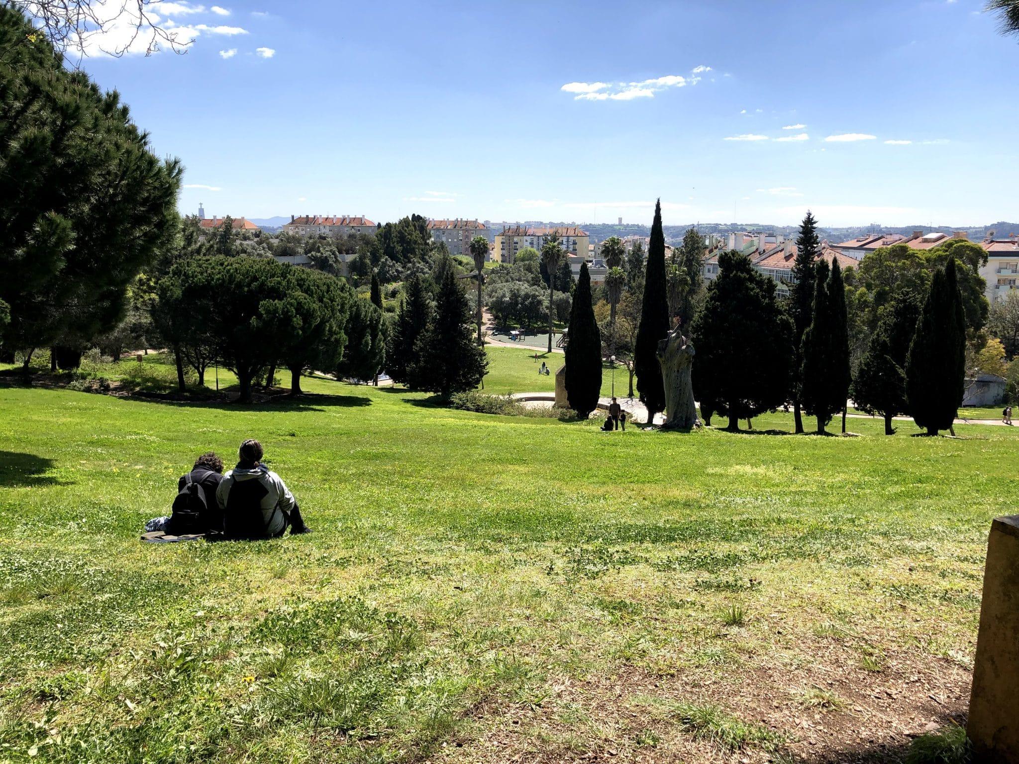 pessoas a descansar no Parque Recreativo dos Moinhos de Santana