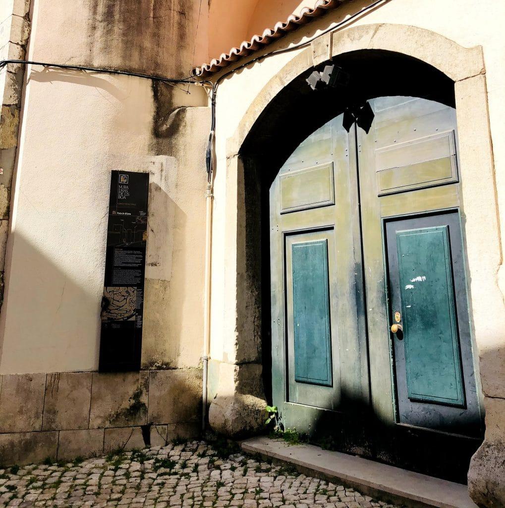 Sítios insólitos em Lisboa: a Porta de Alfama e a Torre de São Pedro