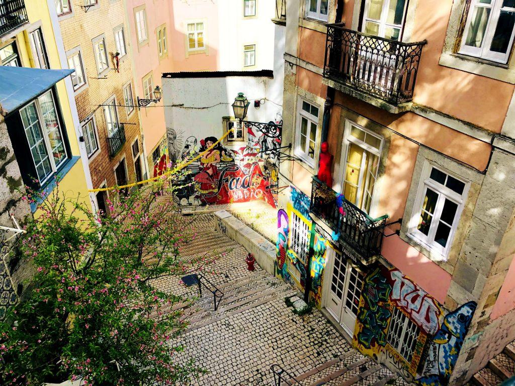 A Caminhar por Lisboa: as Escadinhas de São Cristóvão, onde o Fado é homenageado