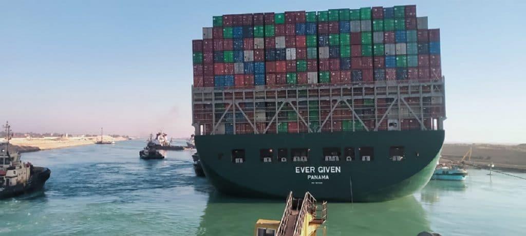 Navio porta-contentores Ever Given, encalhado no Canal de Suez, foi finalmente libertado