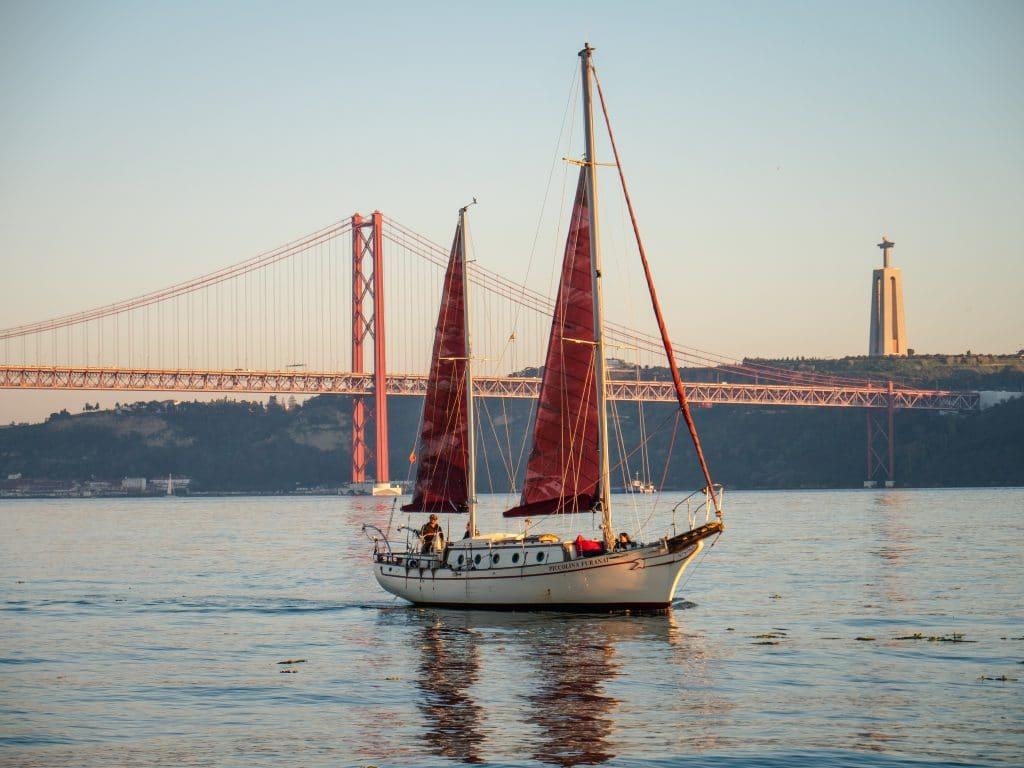 8 viagens inesquecíveis de veleiro no Tejo