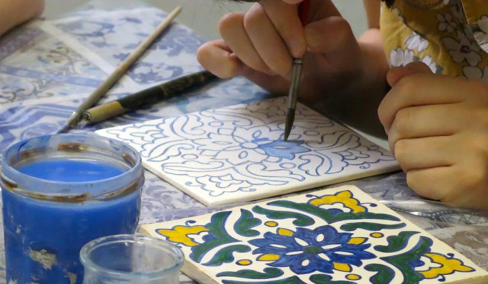 Pinta o teu próprio azulejo numa tarde com queijos e vinhos