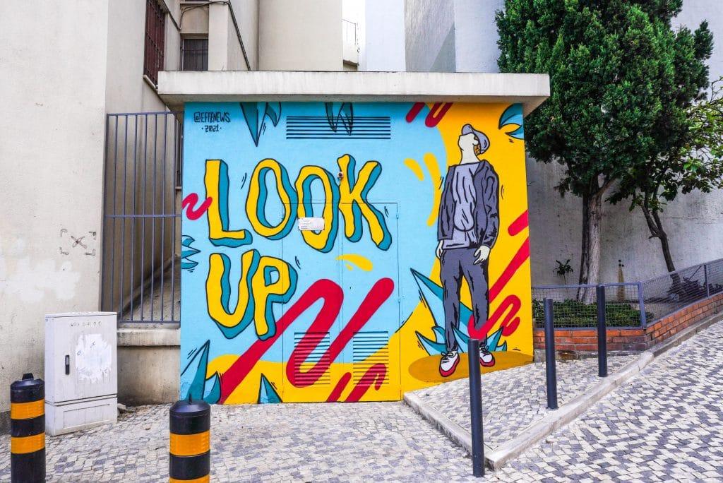 Há uma nova obra de arte urbana do EFFE em Lisboa