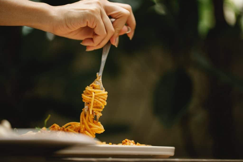 garfo num prato de esparguete