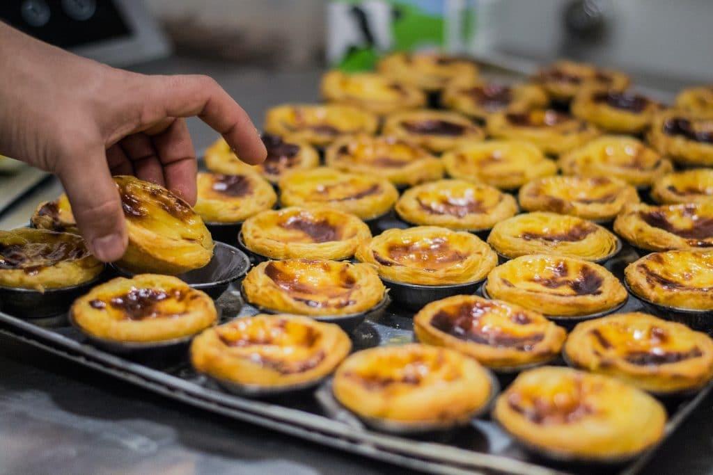 Há pastéis de nata à venda nos jardins de Belém