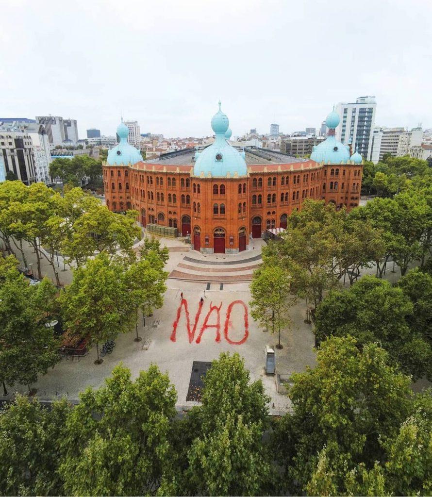 """Manifestação contra as touradas pinta a palavra """"não"""" junto ao Campo Pequeno"""