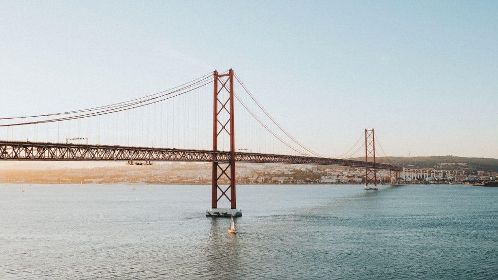 ponte 25 de abril e o rio tejo em lisboa