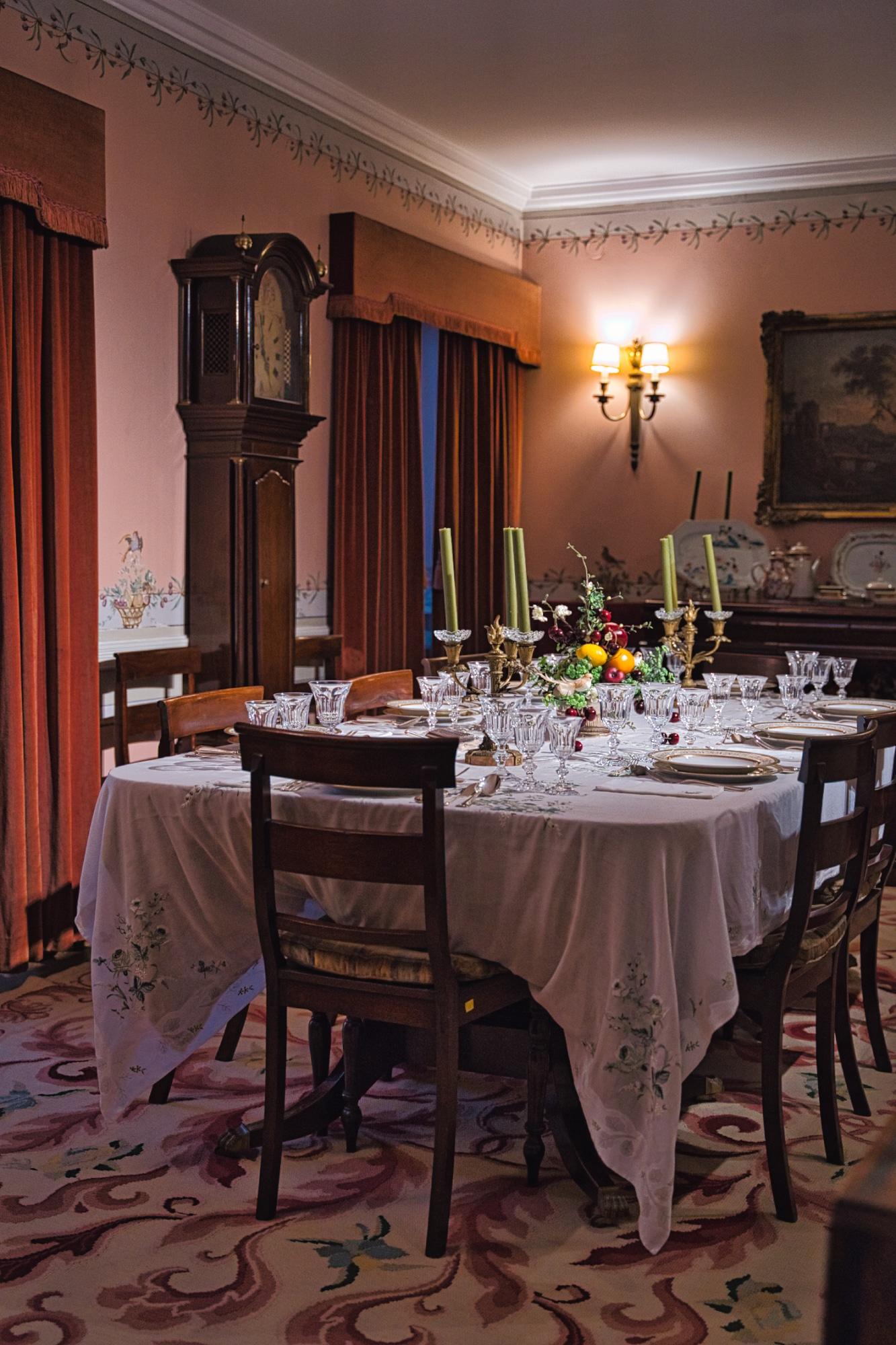 A sala de jantar da Amália Rodrigues está cheia de pormenores e histórias.
