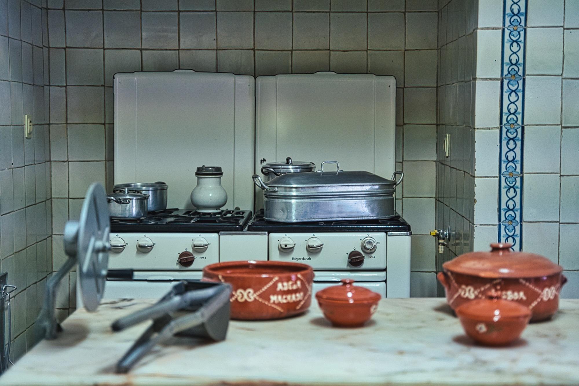 A cozinha de Amália Rodrigues, a fazer lembrar os anos 50.