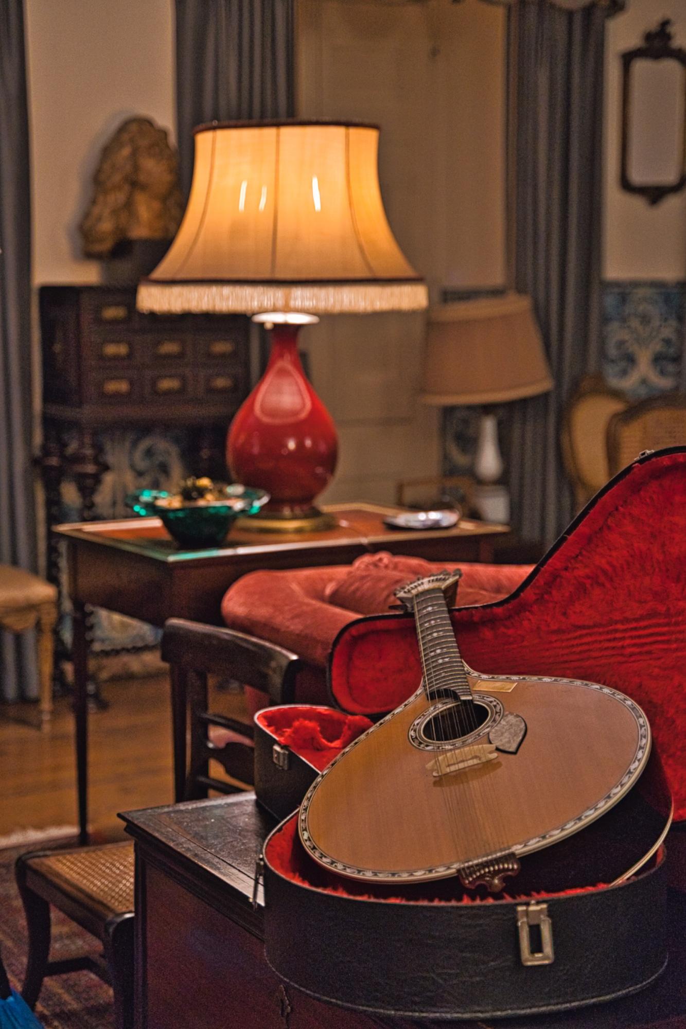 A guitarra portuguesa é uma das peças que mais destacam no são principal.