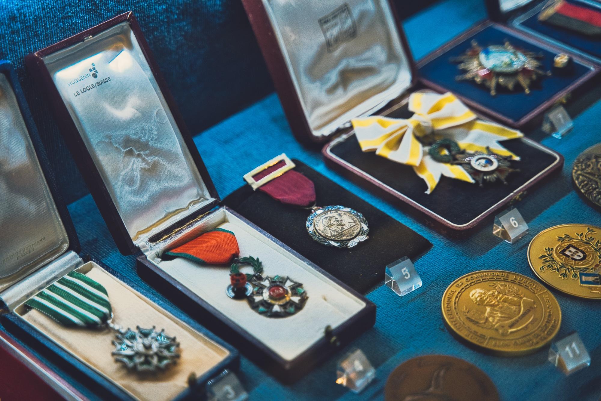 Na Casa-Museu vais encontrar uma montra cheia de medalhas e condecorações à Amália Rodrigues