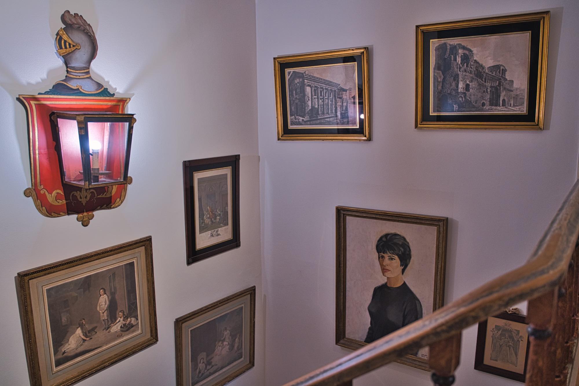 Entre o primeiro e o segundo piso vais encontrar vários quadros oferecidos a Amália