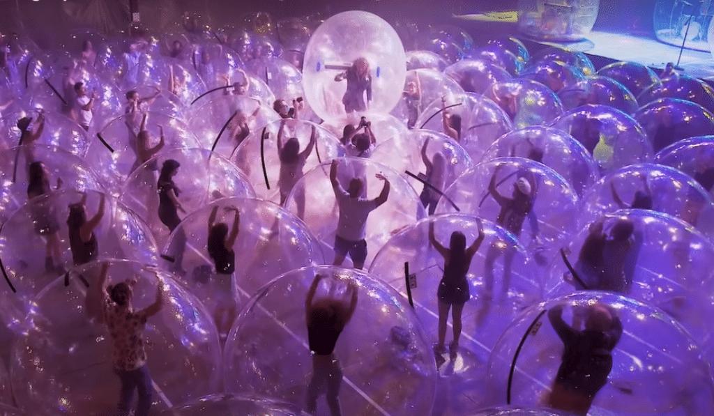 Insolite : un concert aux USA avec des bulles géantes fait le buzz !
