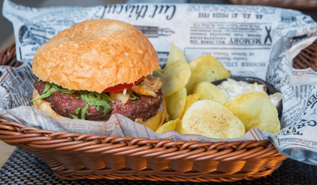 Près de 70 restaurants rouvrent à Lyon… dans les marchés de la ville !