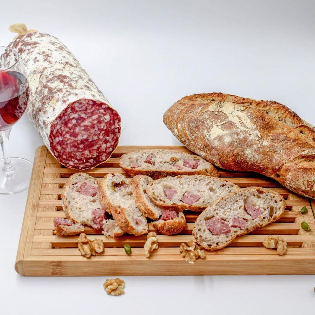 Tendance food : le Pain aux Gones, fourré au saucisson et pétri au vin rouge !