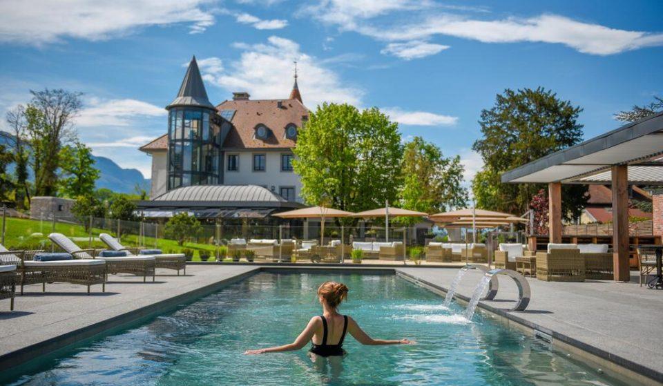 Un magnifique château 4* avec piscine entre lac et montagne a ouvert à 1h de Lyon !