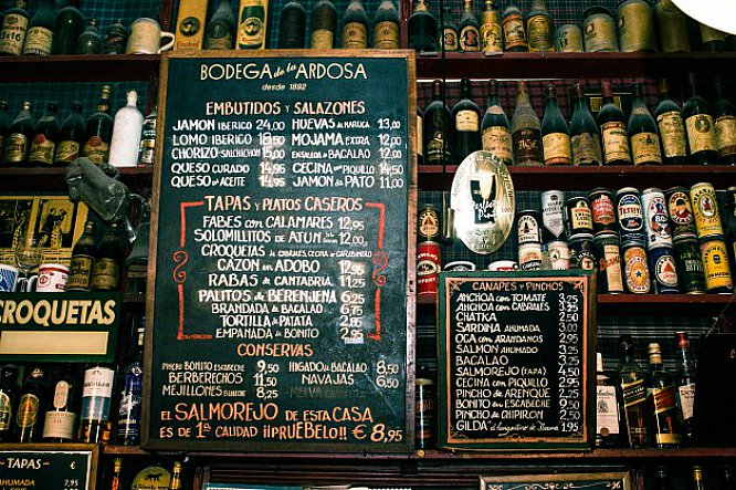 Azulejos, menú en la pared y palillos entre los dientes: las mejores tabernas de Madrid