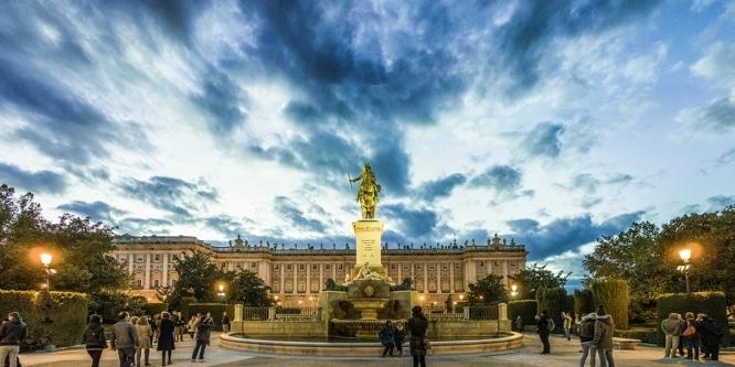 wall_big_Mira_el_cielo_por_un_telescopio_en_la_Plaza_de_Oriente_de_Madrid