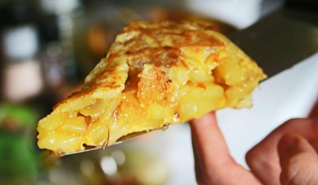 La calle Pez celebra un concurso de tortillas de patatas para sus fiestas