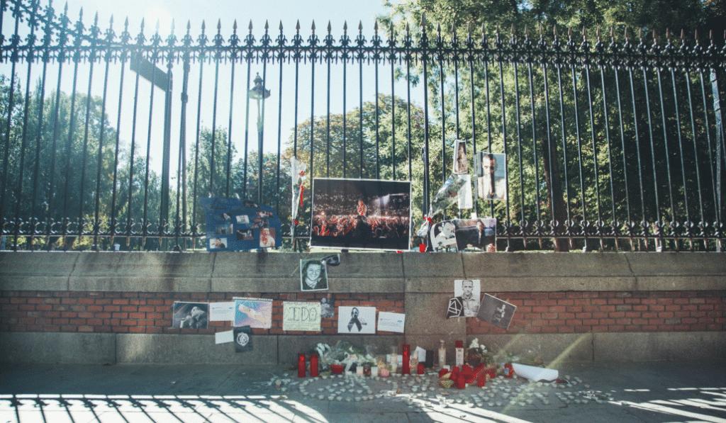 Un grupo de fans rinde su pequeño homenaje a Chester Bennington en el Retiro