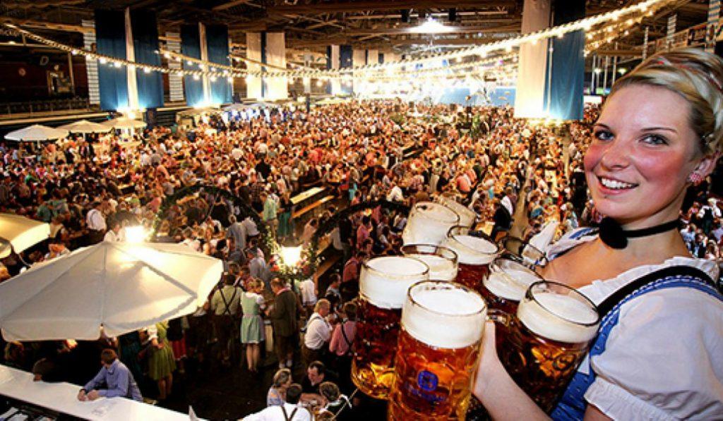 Cervezas de litro y salchichas alemanas: ¡vuelve el Oktoberfest a Madrid!