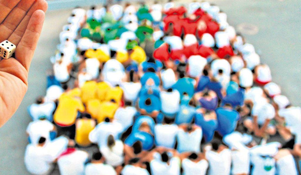 Malasaña celebra 'Parchisaña', el primer campeonato de parchís del barrio