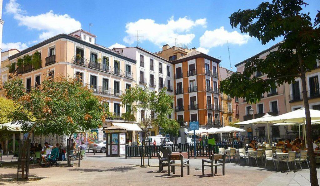 La plaza de Juan Pujol: franquismo, postureo y el circo de Sánchez Dragó en Malasaña