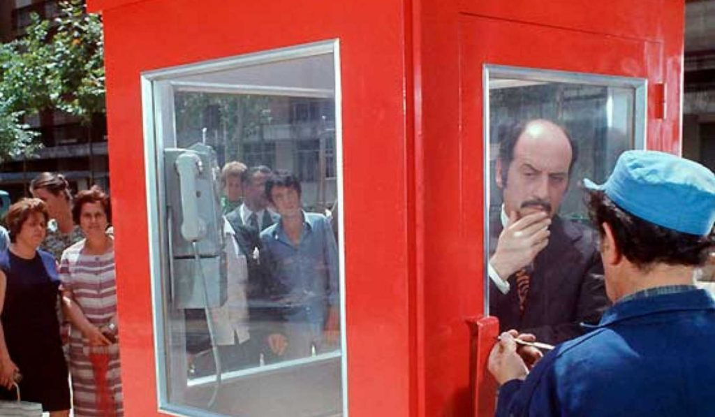 'La cabina' y la plaza de Arapiles donde se rodó el único telefime español con un Emmy