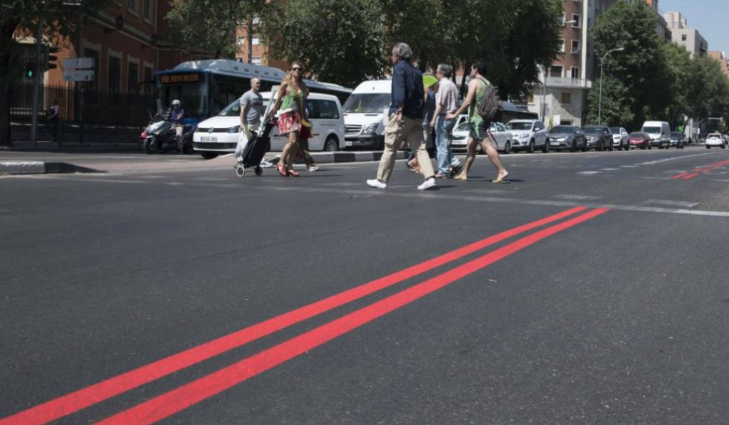 ¿Qué son las líneas rojas pintadas en el asfalto del centro Madrid?