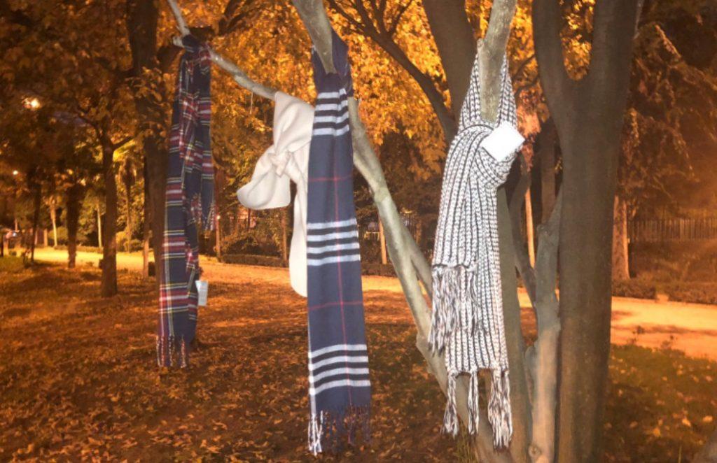 Bufandas en los árboles de Alcalá de Henares para gente sin hogar